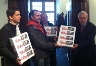 50'000 signatures pour l'interdiction des expériences sur les singes déposées à l'Hôtel de ville de Zürich